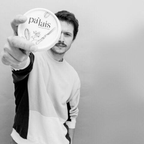 men showing a pa'lais